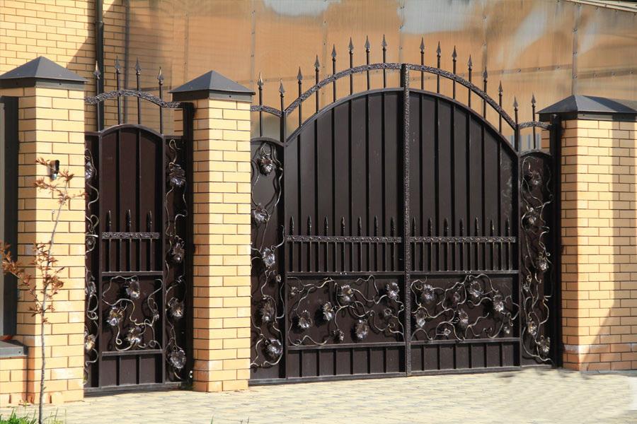 кованые заборы и ворота с профлистом